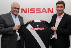 Presidentes da Nissan do Brasil e do Vasco da Gama assinam contr