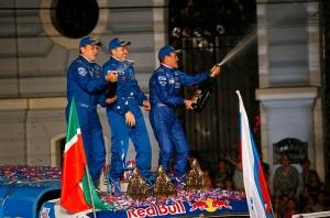 O piloto Andrey Karginov comemora sua vitória no Rali Dakar 2014 com seus companheiros de equipe, o co-piloto Andrey Mokeev e o mecânico Igor Devyatkin (Crédito da foto: DPPI/F.le Floch)