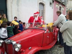 Martins, de Papai Noel, em MG TD 1953, distribuindo presentes em Portugal