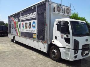 01)O Cargo 1719 possui peso bruto total homologado de 16.000 quilos e capacidade máxima de tração de 27.000 quilos. O motor é o Cummins Euro 5 ISB 4.5, de 189 cavalos.