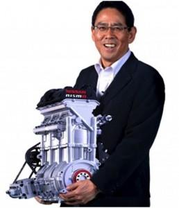 Soichi Miytani, presidente da Nismo, área esportiva da Nissan, segura os 40 kg do motor ZEOD 1,5
