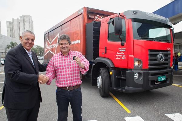 03)Roberto Cortes, CEO da MAN, entrega as chaves para Vinicius Barbosa, VP de logística da Ambev.