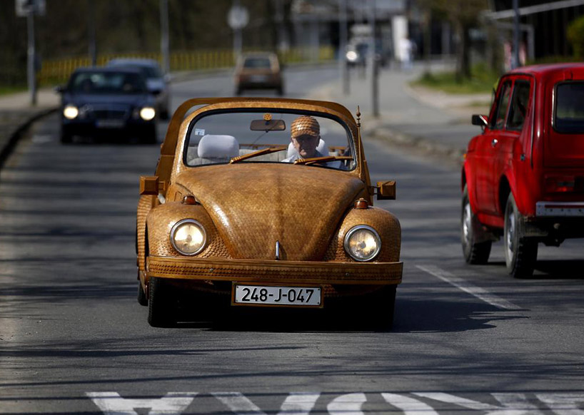 bosnian-retiree-momir-bojic-has-crafted-a-completely-wooden-volkswagen-beetle-from-over-50000-pieces-of-hand-carved-oak-designboom-01