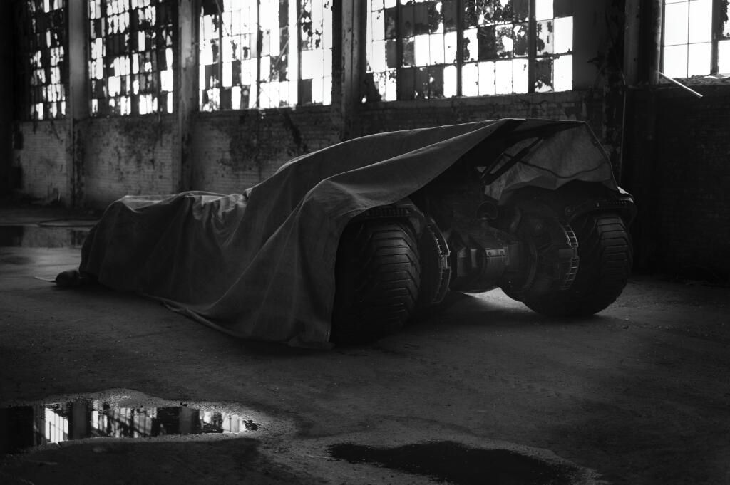 teaser-new-batmobile-for-2016-s-batman-vs-superman-movie-will-be-awesome-81192_1