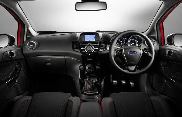 Carro inglês, News Fiesta  Red and Black Edition tem direção invertida.