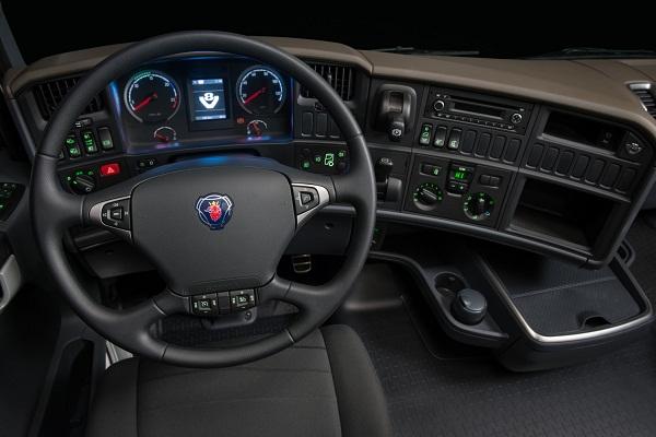 2)De série, Linha V8 traz transmissão automatizada Scania Opticruise, Driver Support, freio auxiliar Scania Retarder e suspensão a ar.