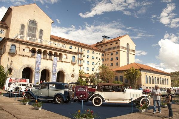 O monumental Grande Hotel em Araxá, cenário para encontro de preciosas raridades.