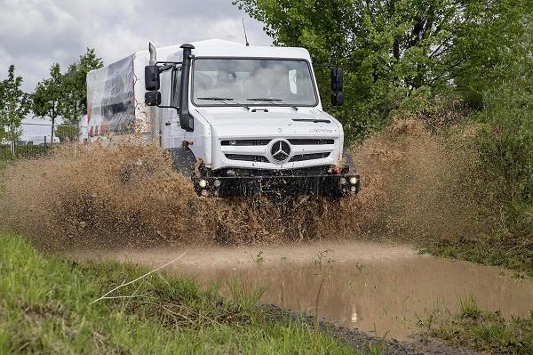 """02)O Unimog possui tração em todas as rodas, além do sistema de controle de pressão dos pneus Tire Control Plus, que pode ser regulado por meio de botões no volante para os modos """"road"""" (estrada), """"sand"""" (areia) e """"rough road"""" (estrada irregular)."""