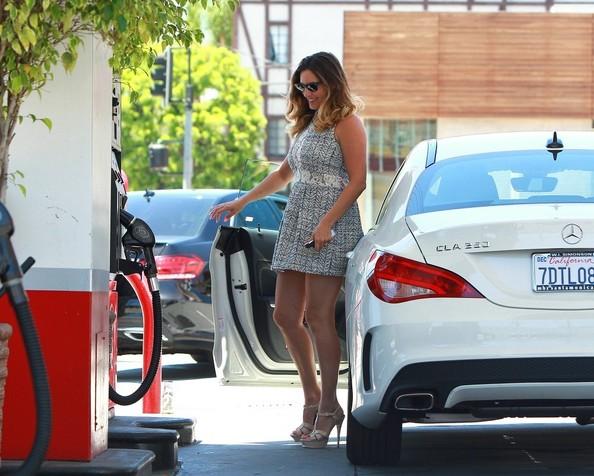 kelly-brook-is-hot-driving-her-mercedes-cla250-never-lets-fiancee-drive-photo-gallery_15