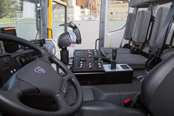 02)A transmissão é a automática Allison série HD 4500. O câmbio, em forma de joystick, deixa a marcha ser engatada em alta rotação, além de ser equipado com tomada de força e divisor de potência.