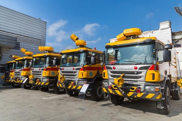 03)Cada caminhão tem capacidade para transportar no mínimo 6.100 litros de água para produção de espuma, e conta com reservatórios de LGE (líquido gerador de espuma) de 780 litros e de PQS (pó químico seco) de 200 quilos.
