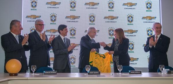Executivos da GM do Brasil durante a cerimônia de assinatura do contrato.