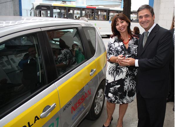 Márcia Ribeiro,da Nissan, doa a Lavina a  Fernando Avelino, Detran/RJ