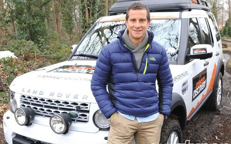 eurp-1203-03+one-millionth-land-rover-discovery+bear-grylls