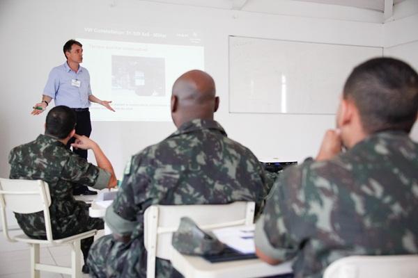 Militares em treinamento.