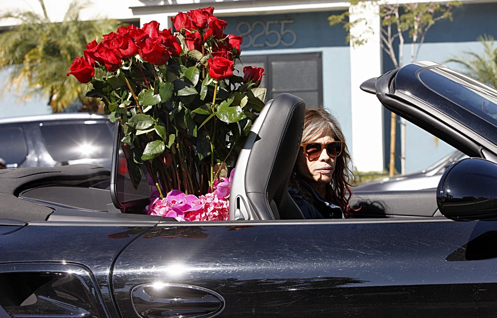 steven-tyler-driving-with-a-bouquet-of-flowers-01