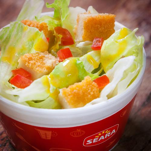 Salada Caesar com Frango Empanado