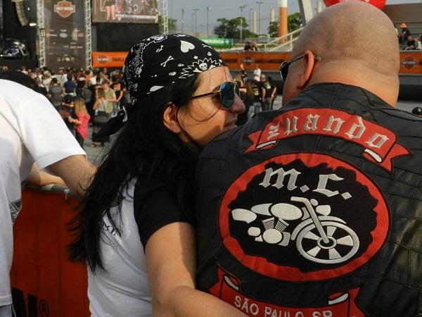 O casal unido na Harley-Davidson.