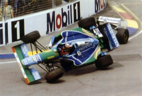 cena que marcou o título de 94: Schumy joga o carro em cima da Williams de Damon Hill.