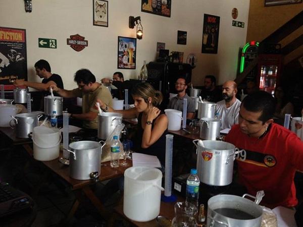 curso-cerveja-artesanal-sp-tche-cafe-cada-aluno-com-seu-kit-cervejeiro