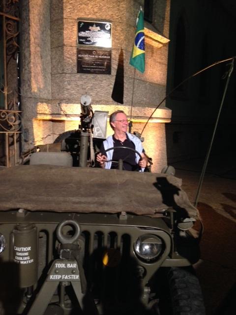 Belini, presidente da FCA, festeja a bordo de um Jeep 1942, criador da noção de independência dentro do cenário de mobilidade.