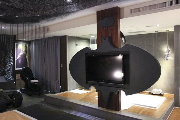 batman-themed-hotel-room-has-tumbler-bed-its-the-perfect-dark-knight-fortress_3